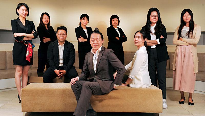 林剛羽(前)和他帶領不過十人的年輕「顧問團」,至今已拿下台、日、美等多國品牌。