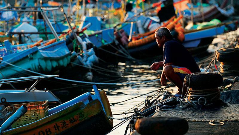 大林蒲因填海造陸,遠離海岸線,唯一能靠近的海邊,只剩鳳鼻頭漁港。老漁民說,因為污染量大,漁獲量大不如前,連生計都出現問題。
