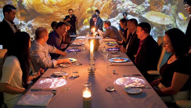 每晚只有10位客人能坐進這間餐廳!大型投影螢幕從四面圍繞著餐桌,桌面設計、氣味、音樂和服務等,都會依據菜色變換,驚喜不斷。
