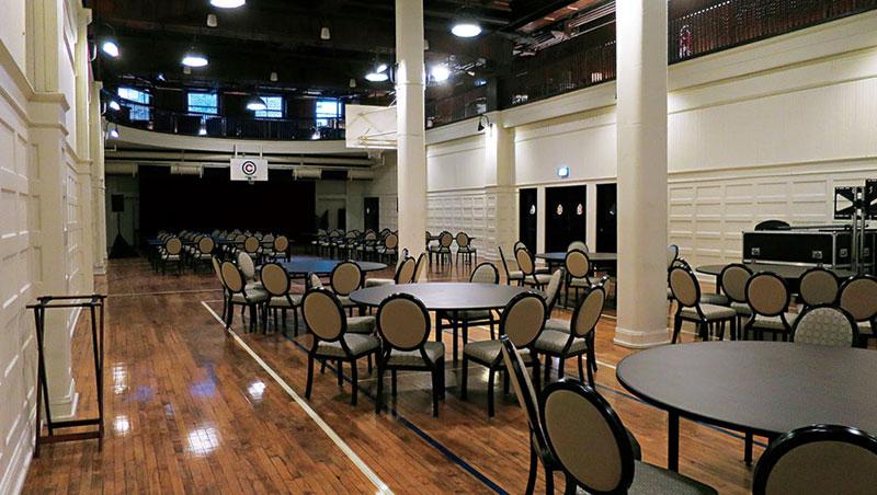 四樓過去為籃球場地,公共交誼廳仍保留著完整球場。