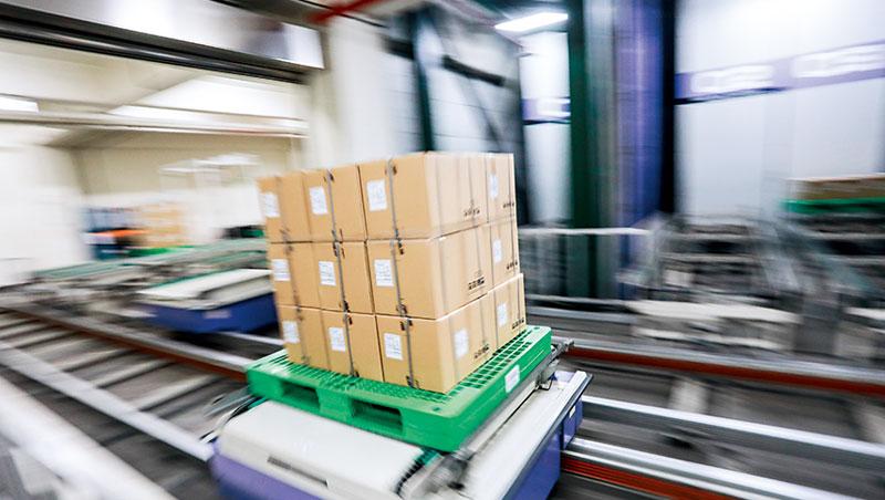 聯強用AI精確計算產品在倉庫的位置、移動路徑,還自行開發自動輸送帶,取代人工搬運流程。