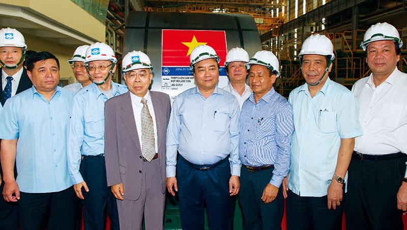 台塑總裁王文淵(左3)邀越南總理阮春福(中)視察,身後是台塑集團、也是全越南自產第一捲鋼。