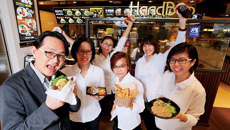 台灣銘物執行長林聖豪(左1)帶領黑面蔡再起,目前在誠品、南港車站等全台賣場美食街,開出十五家直營據點