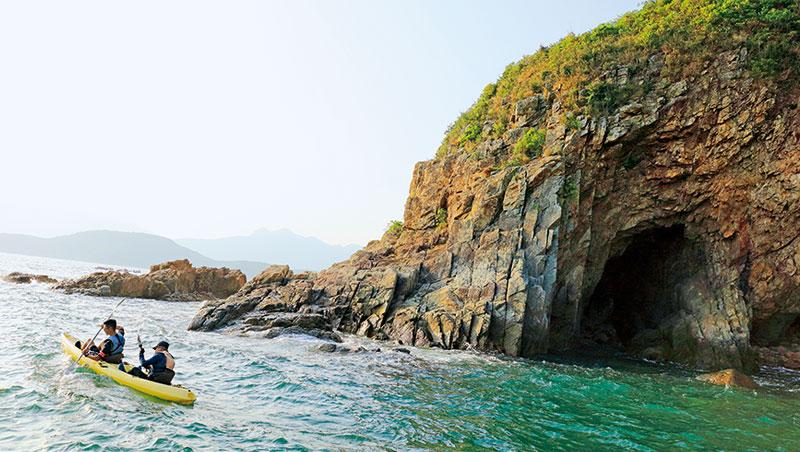 角比起搭乘小艇,划行獨木舟遊歷香港地質公園更刺激有趣。天氣好時,可挑戰穿越海蝕洞。