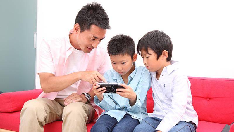 「把鼻,吃飯不能看電視,也不能滑手機喔~」荷蘭爸爸:怕小孩3C上癮,從自己做起