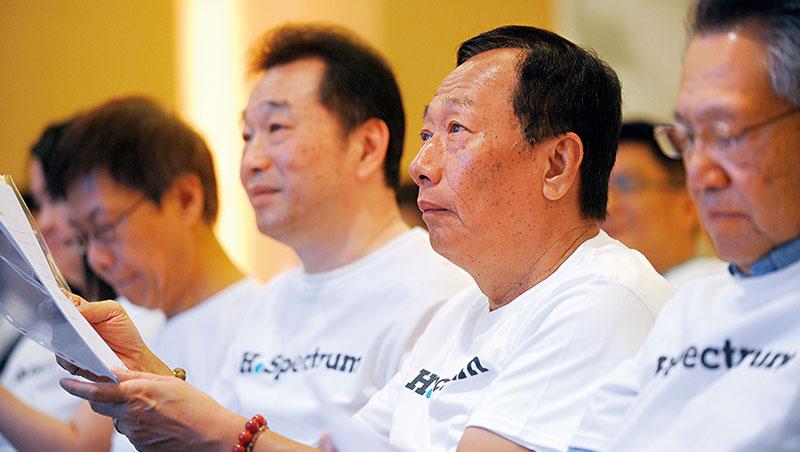 郭台銘積極攜手國際大廠布局精準醫學,而吳良襄(左2)做為旗下大將,將如何擴大鴻海生醫版圖,值得關注。