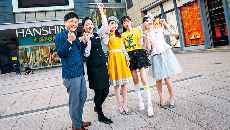 漢神巨蛋店長南野雄介(左1),帶領一票員工打速度戰,塑造百貨年輕形象,拉開市場區隔。如店員身上小小兵T恤,即今年週年慶的創新。