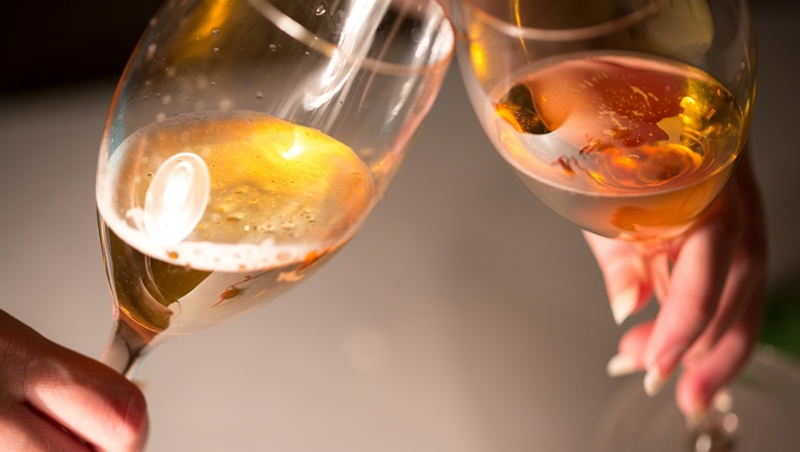 「長眼」是必要競爭力!別讓上司幫你倒水、客人夾菜時敬酒很失禮...7個一定要知道的餐桌禮儀
