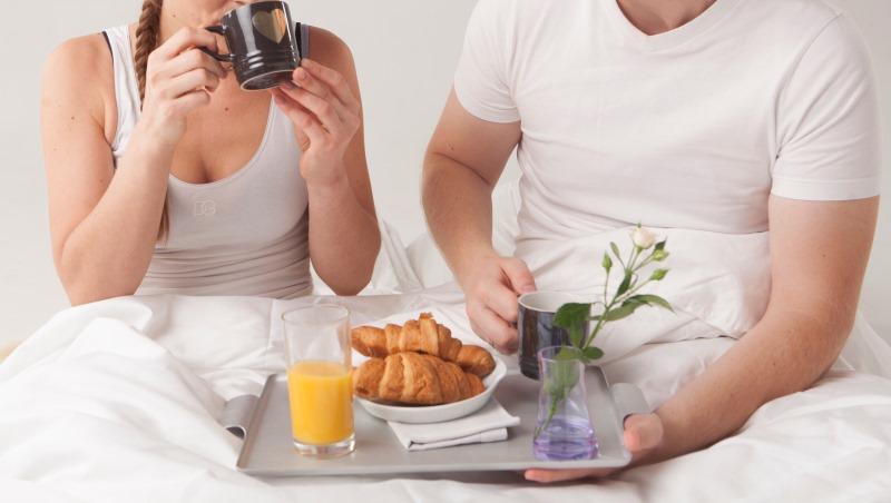 冬天不想離開被窩?最新懸浮技術把食物直接遞到你口中,酒、麵包、肉都能移動