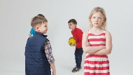 小孩情緒失控很正常!幼稚園的沙坑、沙包...以色列教育這樣給小孩「暴走」跟「排毒」的空間