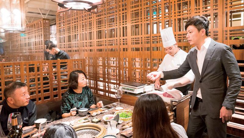 主廚現場切肉、再由服務生講解知識與吃法,老乾杯靠「黏在桌邊」擄獲客人的心。