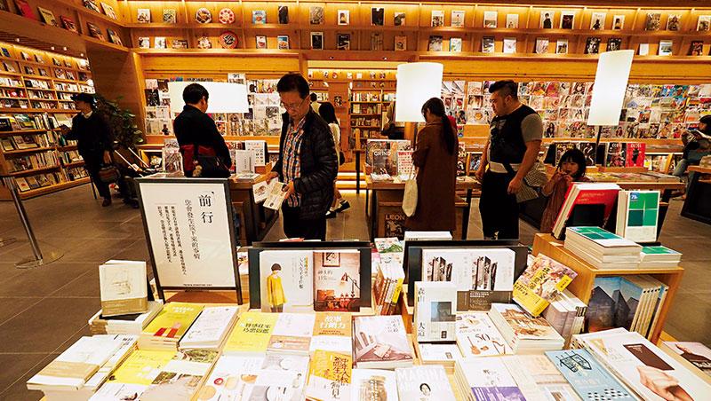 蔦屋書店從連鎖DVD出租店起家,現在不只賣書、DVD,還有家電、輕食咖啡等,10年營收逆勢成長1.7倍,成為日本書店龍頭。