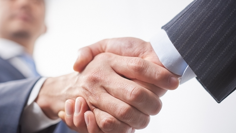 羨慕很會社交的人?看到客戶立刻站起來...心理學教授傳授6招,「內向人」也能打造好形象