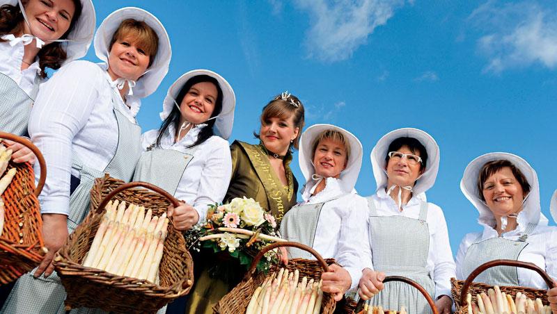春天是白蘆筍盛產季,德國各大產地皆有慶典,甚至選出蘆筍皇后,熱鬧非凡。