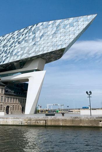 比利時安特衛普的港務局總部大樓(PortHouse)坐落於港區再生區域內,像是一艘巨大的太空船,正好成為鑽石之都安特衛普的嶄新地標。