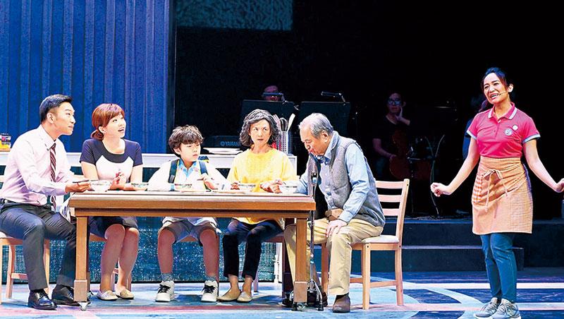 陶爸(右二)參與演出的歌舞劇《我的媽媽是Eny》,由歌手羅美玲(右一)詮釋外籍幫傭在台灣的處境與心情。