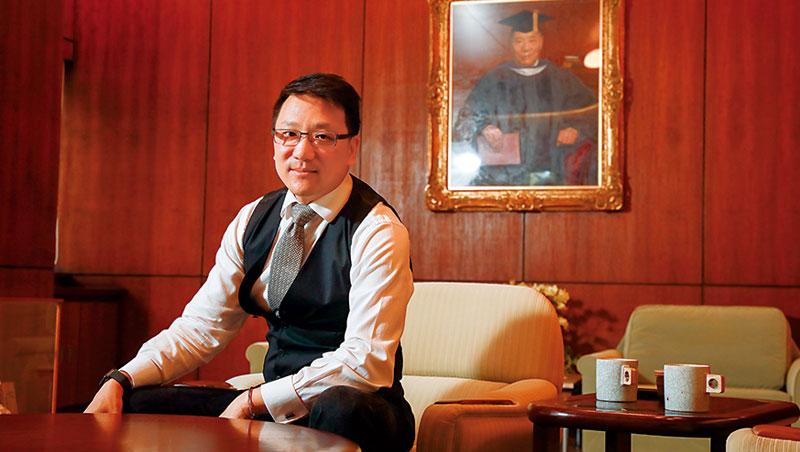 張剛綸坐在嘉泥第一代就有的辦公室裡,在祖父張敏鈺照片前談及嘉泥改革,不難看出他想重振家業的企圖心。