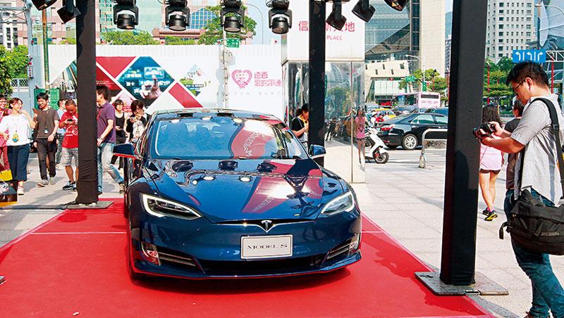 電動車被看好將取代燃油車,但國內充電站、政策配套不足,讓民眾對於購買電動車意願仍低落。