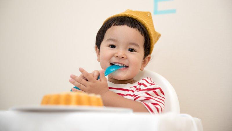 「乖乖吃完飯就有點心唷~」專家告訴你:為什麼這樣拐小孩吃飯很糟糕