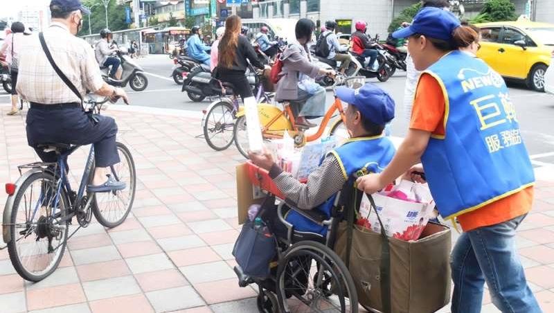 推輪椅一包面紙賣100,真的「賺很大」嗎?直擊身障者叫賣日常,再苦也要活得有尊嚴