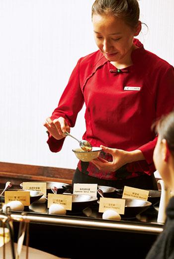 為符合各方來客的口味,麗晶軒備有超過10種的火鍋蘸醬及配料,並有專人桌邊服務。