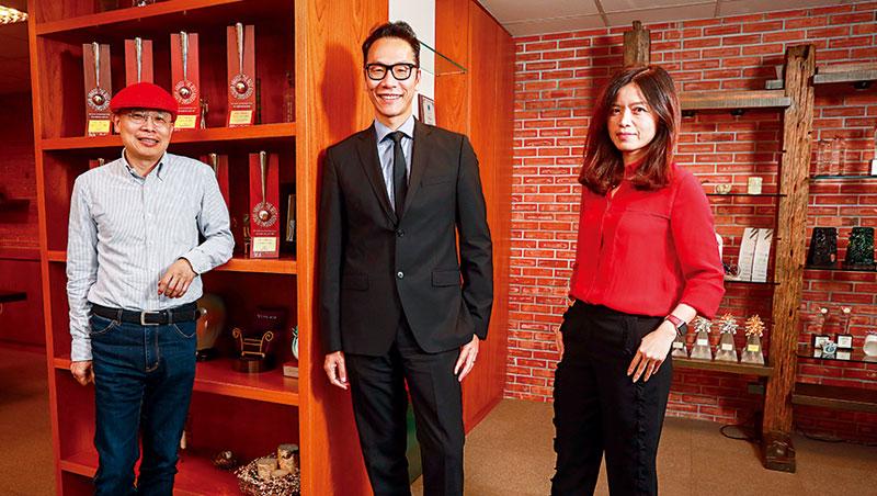 在執行長程懷昌(中)、創意長狄運昌(左)與數位長鍾嘉玲(右)新執行團隊帶領下,聯廣首度跨足國外,贏得索尼東南亞地區廣告案。