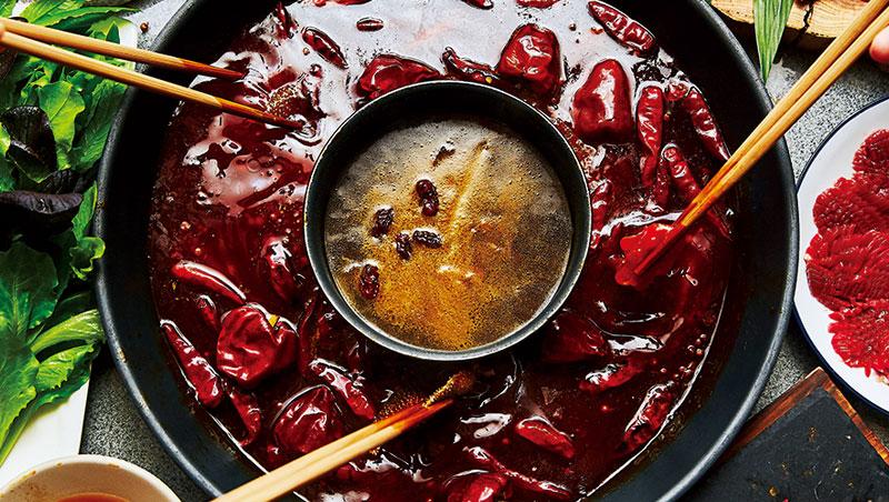 重慶火鍋對辣講究味型完整,辣度明顯的滿天星辣椒,與不辣帶甜香的二荊條辣椒、香氣濃郁的燈籠椒缺一不可。