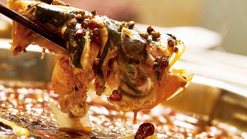 朝天門以花鰱魚頭和牛蛙入鍋,原本是隱藏版菜單,經饕客一再要求,才列為正式菜色,成為一大特色。