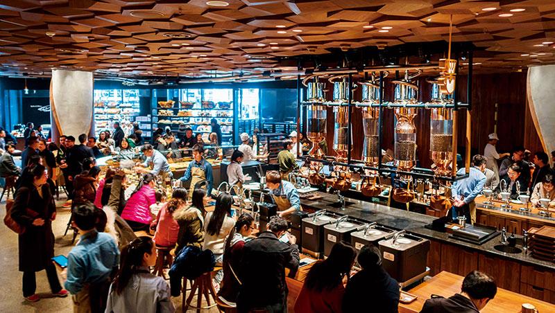 新開幕的上海星巴克臻選烘焙工坊,面積約為總部西雅圖臻選的2倍大,至今仍一位難求。