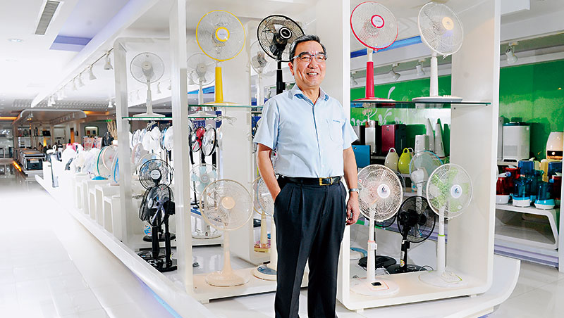 艾美特是極少數能在中國靠自有品牌崛起的電扇廠,今年讓董事長鄭立平(圖)最得意的,除了轉虧為盈,更與蘋果合作開發Siri智能風扇。