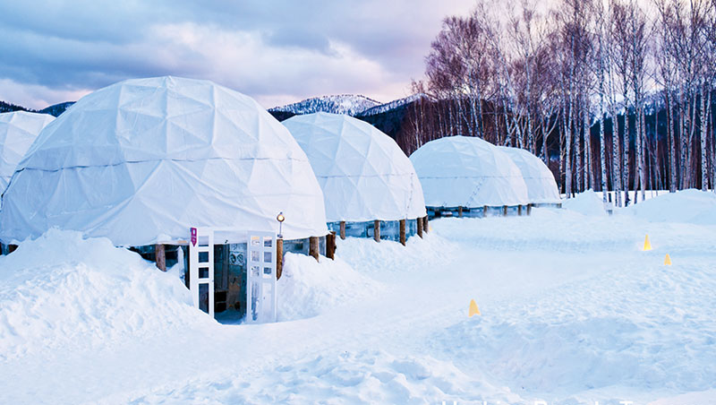 入住日本Tomamu度假村,還可順遊星野度假村冬天才有的愛絲冰城小鎮,內有溜冰場、酒吧、電影院等,全都以冰塊建成。