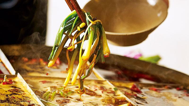 第一涮的青蔥及豆芽要同時入口,感受軟香、爽脆雙重口感。