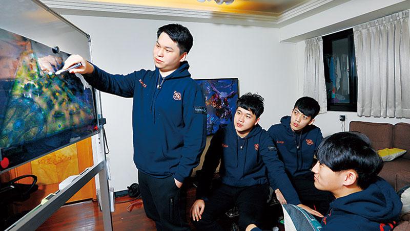 1111進修網 商業周刊 平均19歲電競戰隊 靠輸家心法奪世界冠軍