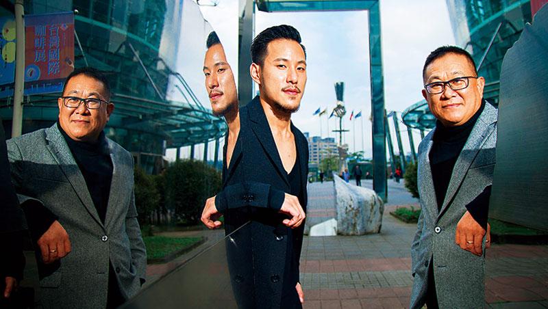 王朱岑(右)拉著王策(左)搬到上海,在公司擔任研究員,咖啡,才慢慢成了聯繫父子倆情感的繩鏈。