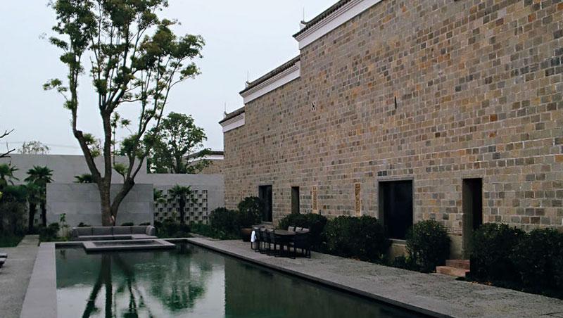 現代水池、玻璃落地窗和古式建築並存,設計上低調簡潔的線條讓視覺上非常和諧。