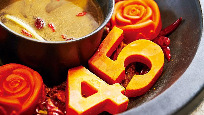 德莊火鍋以牛油塊製成辣度模型,上桌時淋上高湯,慢慢融化成湯底。