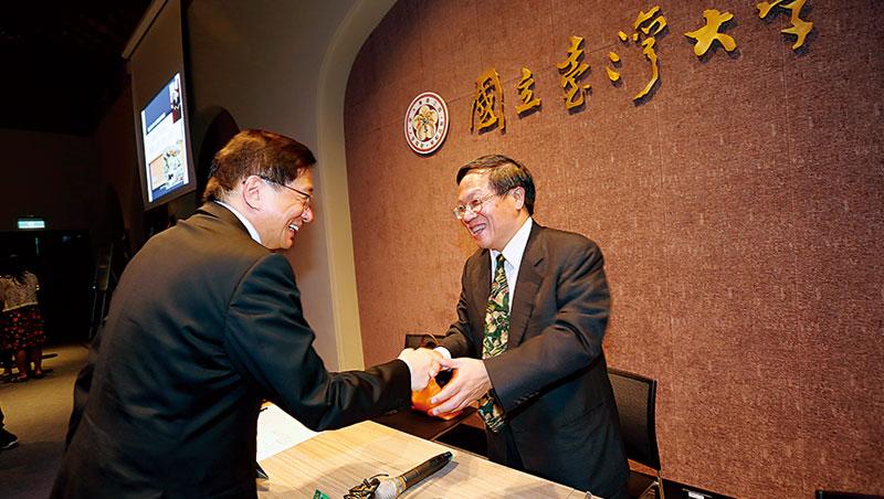 在候選人治校說明會上君子一握,「台大幫」的管中閔(左)與張慶瑞(右)目前呼聲高,誰能成為最高學府的新舵手,明年1月才揭曉。