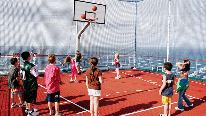 遊輪多半設有各種運動設施,像是籃球場、游泳池及滑水道、攀岩場等,孩子可和跨國籍的小朋友們一起運動、玩樂。