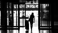 一個台灣女生,被獵頭挖角到中國,月薪20萬...一次出差,差點被拉進房間!10個海外工作自保之道