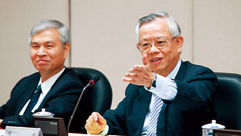 被彭淮南(右)一手拔擢的楊金龍(左),是央行新總裁呼聲最高人選,未來也可能將延續彭總的保守路線。