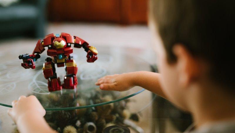 「有什麼關係,借玩一下而已」小孩搶玩具時,家長最不該講這句話 - 商業周刊