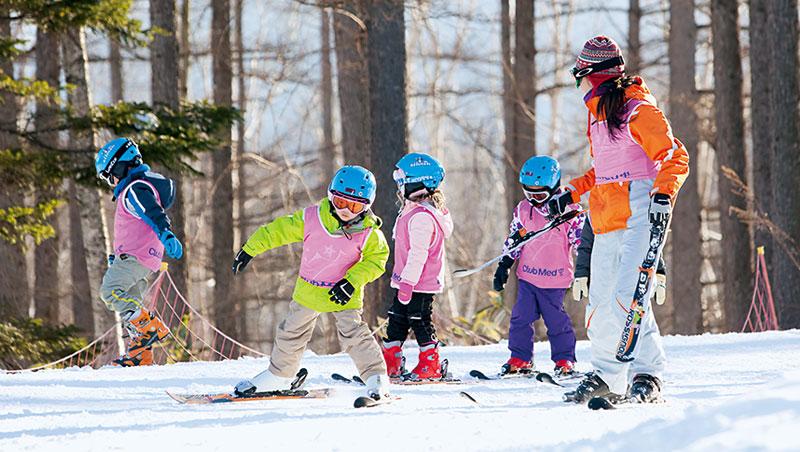Club Med有專屬的G.O.與教練陪伴孩子分級、分齡學習滑雪,爸媽可以放心度假享樂。