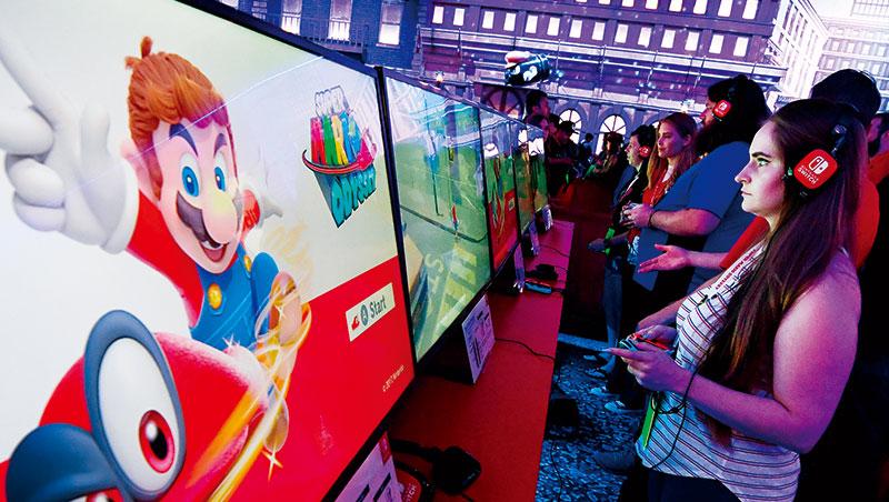 Switch上市不到10個月就賣出逾1千萬台,在美國等地創下史上主機最快銷售紀錄。圖為2017年於洛杉磯舉辦的E3展現場。
