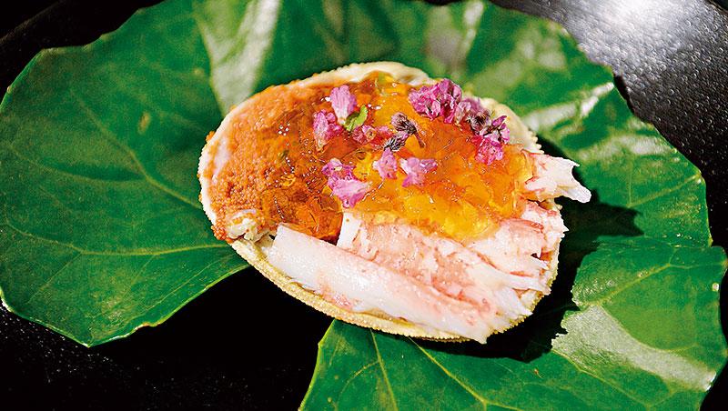 雌楚蟹只在石川縣被稱為「香箱蟹」,光從命名與擺盤方式,就看出加賀文化與眾不同的細緻華麗。