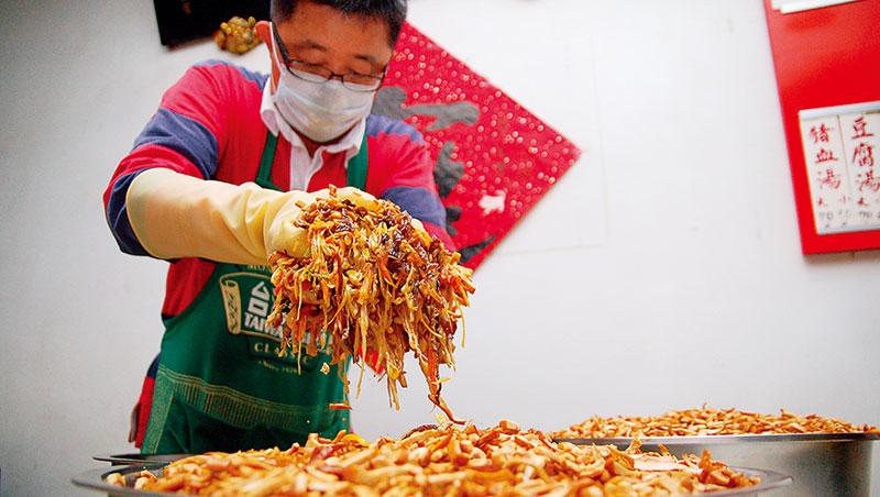 台北忠南飯館老闆黃立平曾是全台灣最會炒十香菜的人,每年過年炒製近1,000斤,幾年前傷及手臂,忠南的招牌年菜成為絕響。