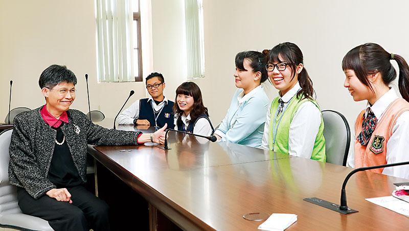 我們採訪崇仁學生時,洪玉珠(左)突然現身,學生聊起校長每天清晨4點會在通訊軟體道「早安」、分享有趣文章互動。