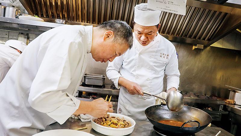 點水樓行政主廚陳文倉(左)說,為讓連鎖餐廳能端出功夫菜,不僅研發烹調流程,就連爐具鍋具都要拚創新。