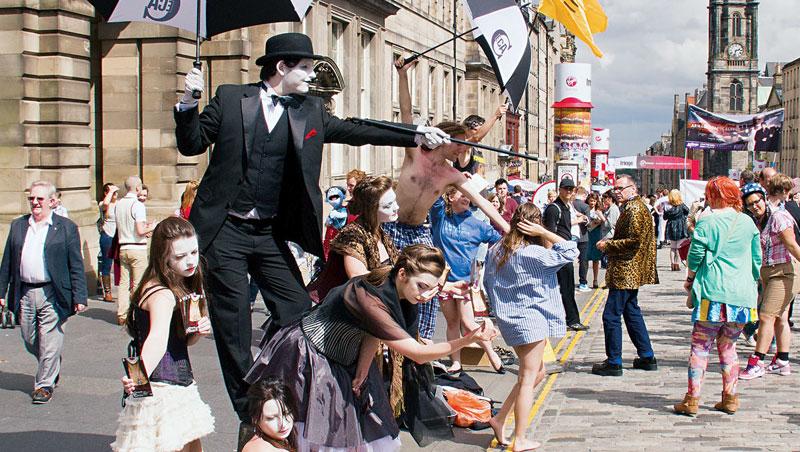 每年愛丁堡藝穗節,皇家大道到處都是來自世界各地的表演團體,吸引著街上行人的目光。