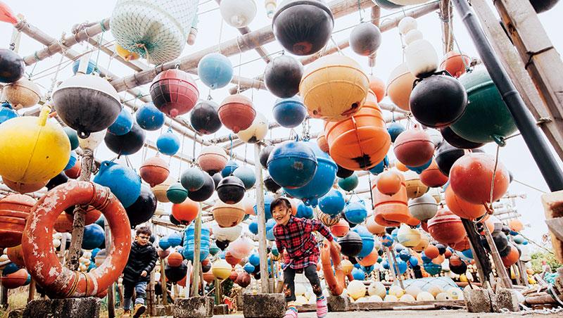 每年從大陸漂來的魚網浮球,經過彩繪成為妝點社區的要角,是小朋友玩起捉迷藏的最佳場域。