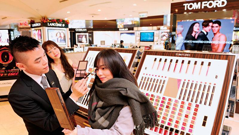 去年雅詩蘭黛集團旗下品牌Tom Ford打著「設計師彩妝」來台展店,7天業績600萬元,打破Sogo忠孝館30年來新櫃紀錄。